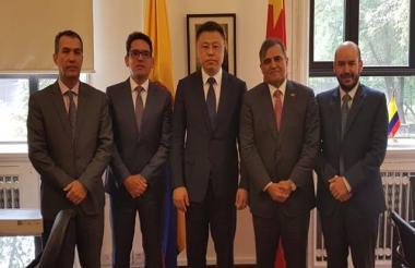 El gerente del ICA, Luis Humberto Martínez, el Ministro de Agricultura, Juan Guillermo Zuluaga, y su homólogo de China.