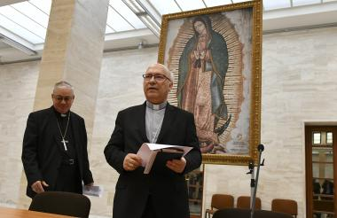 Miembros de la Conferencia de Obispos de Chile, Luis Fernando Ramos Pérez (derecha) y Juan Ignacio González llegan para anunciar la renuncia de todos los obispos chilenos por escándalo de abuso infantil,
