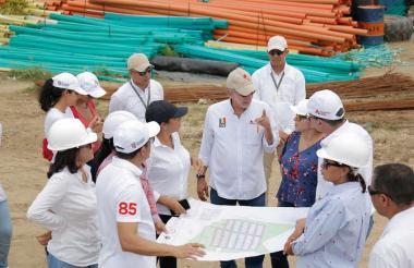 El gobernador Eduardo Verano revisa los planos de algunas de las obras en construcción en Repelón.