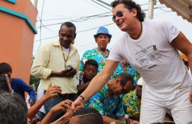 Carlos Vives compartiendo con la gente del barrio Pescaito.