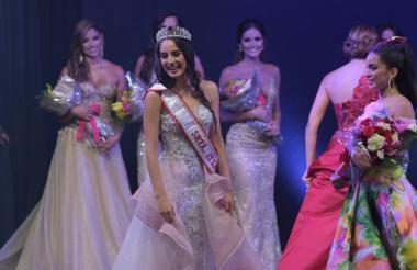 Momento en el que María Alejandra se enteraba de que era la nueva Señorita Atlántico. La acompaña la virreina Miriam Carranza.