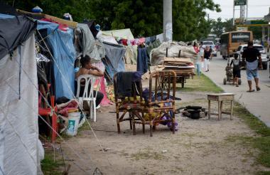 Algunos venezolanos se han ubicado frente a la Terminal de Transporte, donde han levantado cambuches.