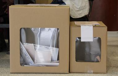 Aspecto de una urna electoral con papeletas al interior.