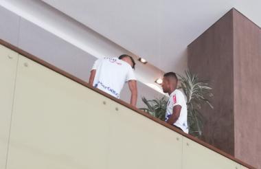 Víctor Cantillo y Luis Narváez conversan en un rincón del hotel.