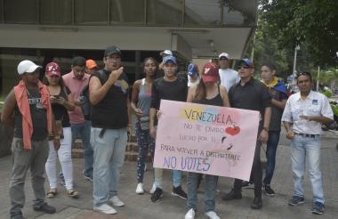 Los ciudadanos venezolanos protestando frente al consulado de ese país.