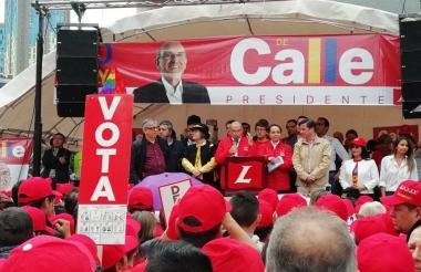 Humberto de la Calle dirigiéndose a sus seguidores.