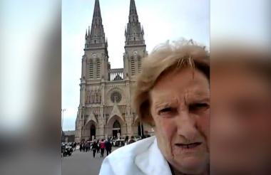 Las abuelitas deseaban tomarle una foto a la Basílica de Luján pero la tecnología les jugó una mala pasada.