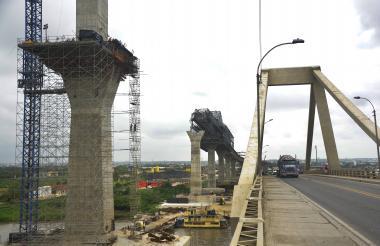Obreros trabajando en los pilotes del nuevo puente Pumarejo.