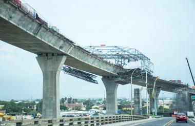 Con autocimbra trabajan en la construcción del tablero principal del nuevo puente Pumarejo.
