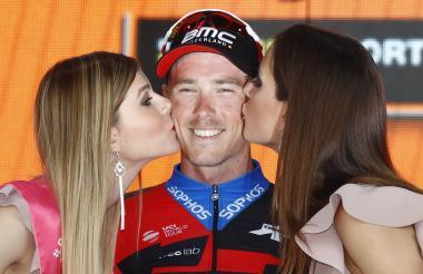 El australiano Rohan Dennis (BMC) recibiendo el beso victorioso en el podio.