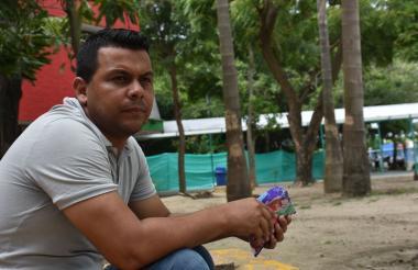 El nadador Alberto Jesús Vera, en la Terminal de Transportes de Barranquilla.