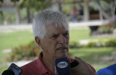 Julio Comesaña dialogando este miércoles con los medios de comunicación.