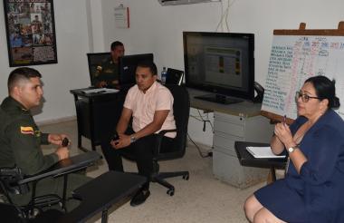 El comandante de la estación de Policía de Malambo, teniente Alejandro Martínez; el secretario de Gobierno, Manuel Andrade y la registradora municipal, Dorys Cañavera.