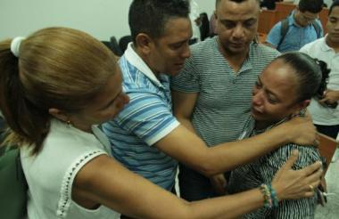 Luz Cabarcas recibe el apoyo de sus familiares.