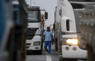 Conductores bloquean una vía en Brasil.