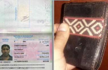 El pasaporte y la billetera del ciudadano indonesio.