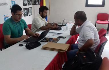 Miembros de la comisión administrativa de Coldeportes en la sede de Indeportes Atlántico.