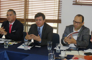 Anatolio Santos, secretario de Desarrollo, y Miguel Valverde, gerente de COA, con Carlos Acero (c), presidente de Confecoop.