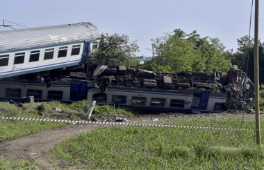 Una imagen muestra el sitio de un accidente después de que un tren regional se estrelló contra un camión que se detuvo en las vías en Caluso, en las afueras de Turín.