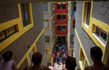 Autoridades distritales recorrieron los cinco bloques que conforman el conjunto residencial 'Privilegios'.