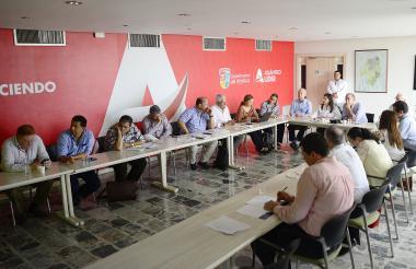 La Superintendente Rutty Paola Ortiz, el gobernador Eduardo Verano y representantes gremiales.