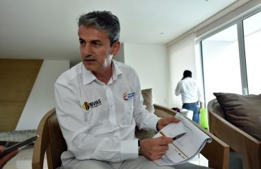 El director del Invías, Carlos García, indica las multas que tiene el contratista.
