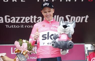 El ciclista británico Chris Froome en el primer lugar.