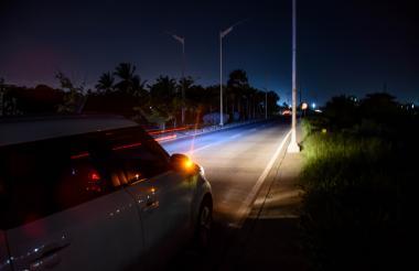 Completamente oscuro luce este sector del Corredor Portuario. Solo lo alumbran las luces de los carros.