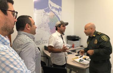 El alcalde Char explica el proyecto al general Hernán Bustamante, comandante de la Regional 8 de la Policía. Los observan Clemente Fajardo y Yesid Turbay.