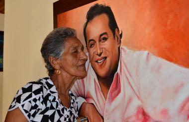 Elvira Maestre, madre de Diomedes Díaz, junto a un cuadro con su imagen.