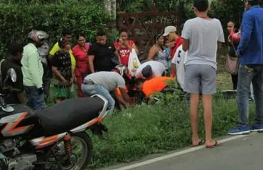 La persona accidentada es auxiliada por quienes a esa hora se movilizaban en este punto del Atlántico.