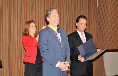 La presidente de AmCham, María Claudia Lacouture, condecoró al embajador de Estados Unidos en Colombia Kevin Whitaker.