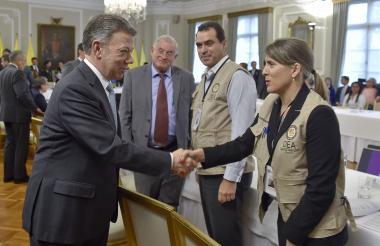 El presidente Juan Manuel Santos saluda a una observadora de la OEA.
