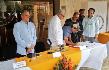 El alcalde Alejandro Char firma el acta de entrega del teatro Amira de la Rosa al Banco de la República.
