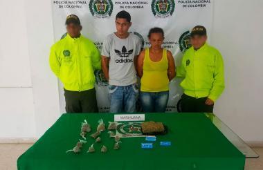 Los capturados con la droga que les fue incautada.