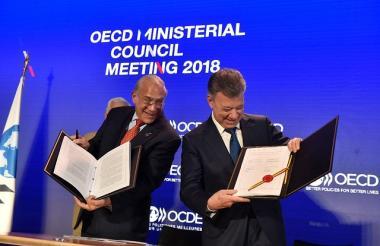 Juan Manuel Santos en la firma protocolaria del ingreso de Colombia a la OCDE en París, Francia.