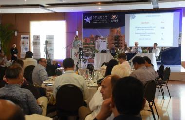 La directora de AmCham Barranquilla, Victoria Ibáñez, interviene en la XX asamblea de afiliados realizada ayer en la ciudad.