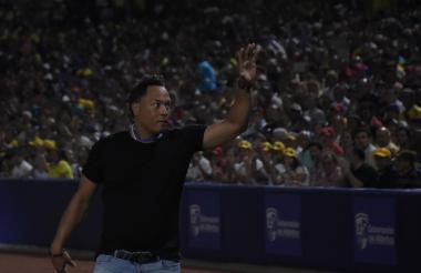 El expelotero Roberto Alomar Velásquez fue ovacionado ayer por los asistentes al estadio 'Édgar Rentería'.