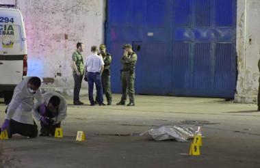 Agentes de la Sijín realizan la inspección del cadáver.