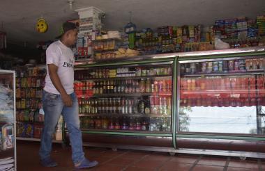 Un comprador en una tienda ubicada en Barranquilla.