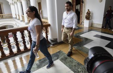 El ex alcalde opositor venezolano Daniel Ceballos (derecha) es visto en el Ministerio de Relaciones Exteriores en Caracas, luego de ser liberado por el gobierno de Venezuela.