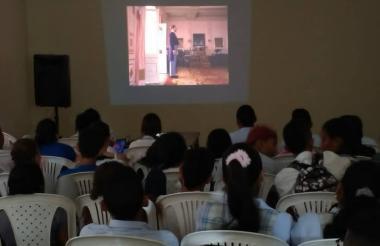 Niños en Cineclub en la Galería del Mar.