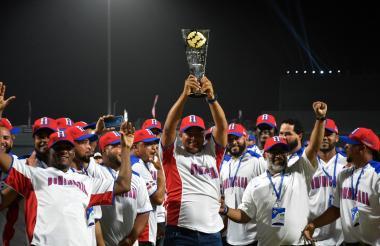 La novena de República Dominicana celebró el título con mucha emoción.