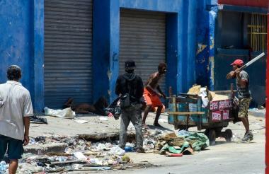 Dos hombres pelean por la revisión de un lote de basura, en la calle 36, entre carreras 38 y 39.