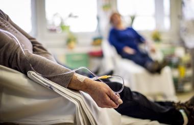 Mujer durante un procedimiento de quimioterapia.