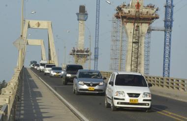 Varios vehículos regresan a Barranquilla por la vía de Ciénaga, durante el plan retorno.