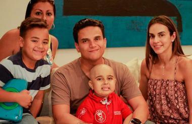 La pequeña Camila junto a Silvestre Dangond y su familia.
