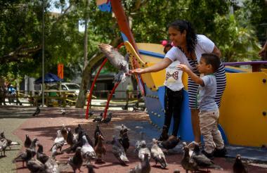 Lizbeth Carrillo con su familia alimenta a palomas en el parque Suri Salcedo.