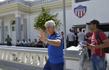 Julio Avelino Comesaña saliendo de la sede administrativa de Junior en la mañana de este martes.