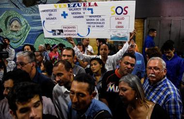 Los pacientes y sus familiares protestan por la falta de medicamentos y suministros médicos en los hospitales, frente al Ministerio de Salud en Caracas.